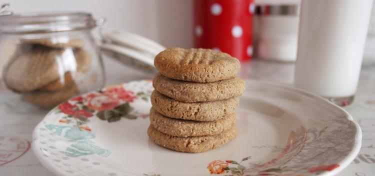 Biscotti al cocco e grano saraceno vegan, in pila