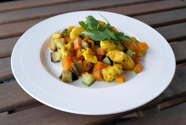 Pollo alla curcuma e semi di papavero con verdure