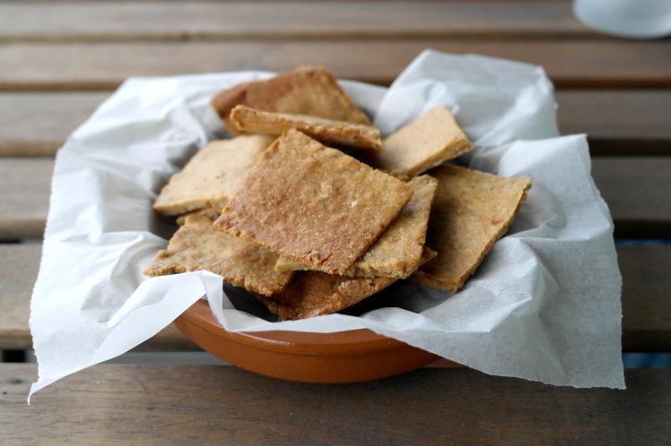 Crackers di girasole con origano e pomodorini